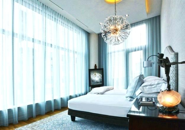 giường ngủ đối diện cửa sổ