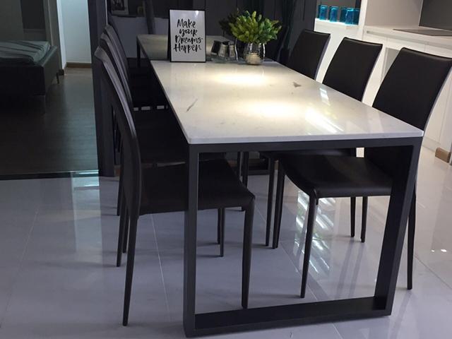 bàn ăn chung cư mặt đá